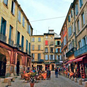 Place Jean-Jaurès, face à l'immeuble